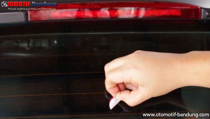 Menghilangkan Lem Bekas Stiker di Mobil dengan Cara yang Mudah