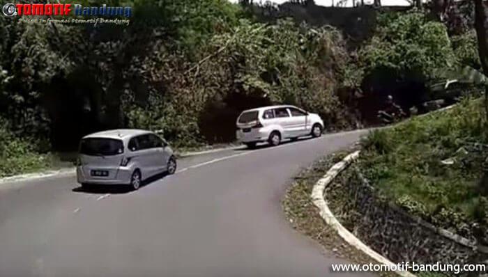 Tips and Tricks Menghentikan Mobil di Tanjakan