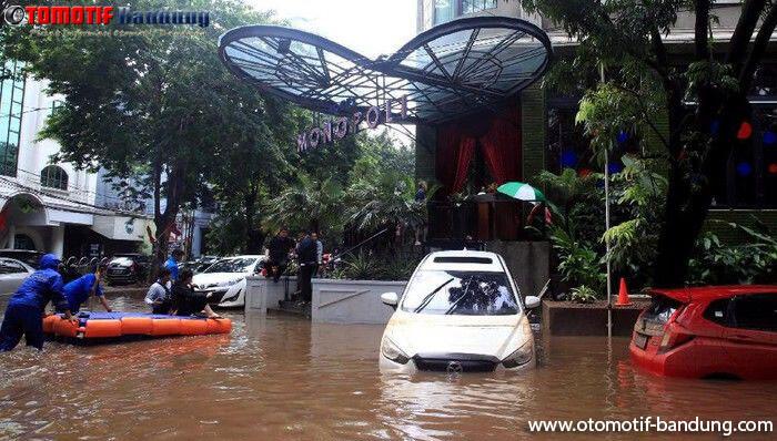 Kenapa Mobil Tak Boleh Dinyalakan Setelah Terendam Banjir?